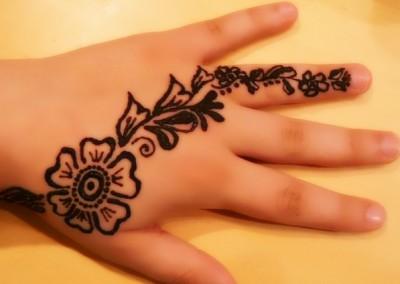 Tatuaż z henny na ręce