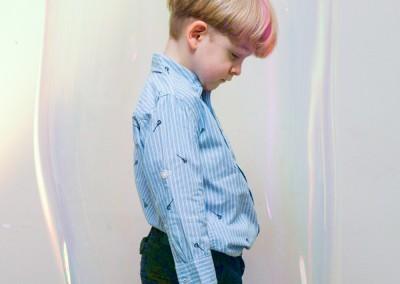 Chłopiec w bańce mydlanej