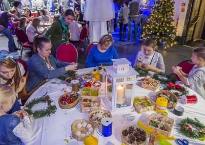 Dzieci tworzą stroiki świąteczne