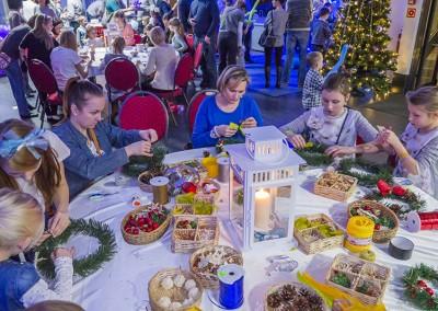 Dzieci tworzą stroiki świąteczne z rodzicami