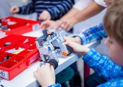 Chłopiec buduje robota